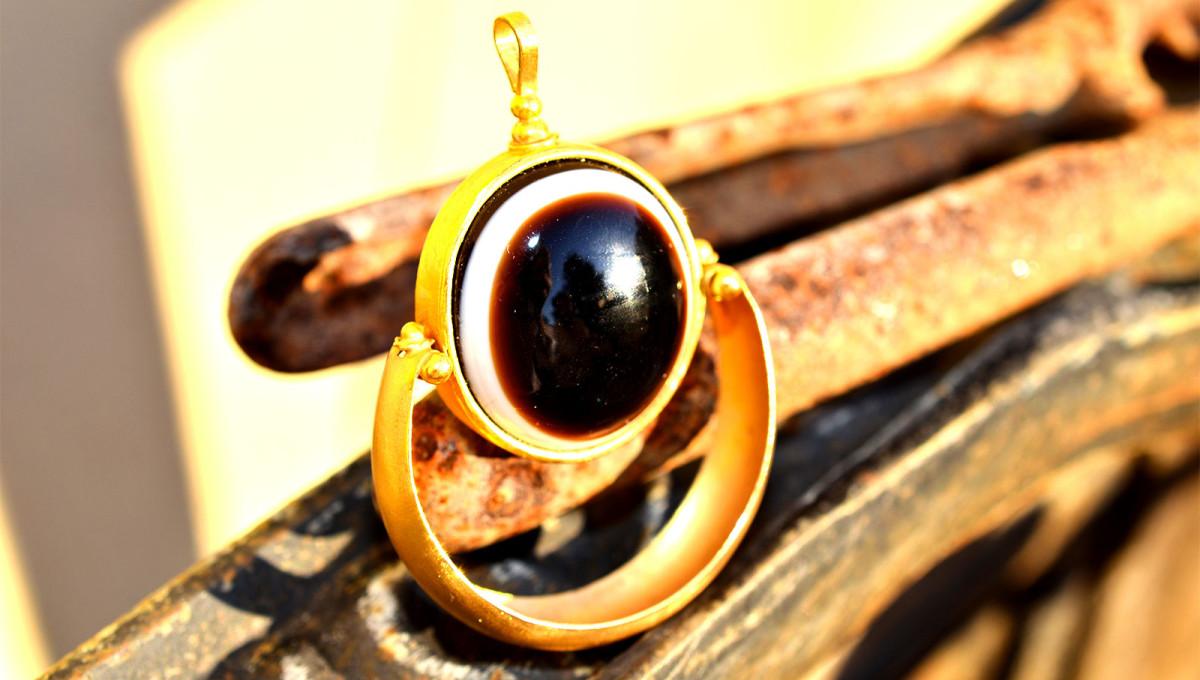 Ciondolo in oro 22k occhio egizio
